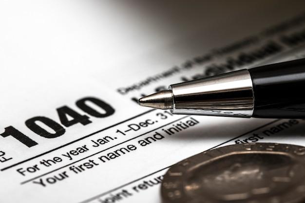 Formulaire fiscal us 1040 avec stylo et pièces