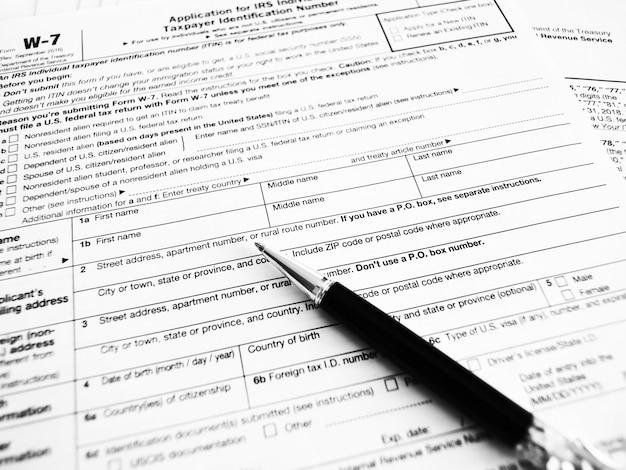 Formulaire fiscal w7 pour les citoyens américains remplissant une déclaration et des instructions. gros plan de mise au point sélective