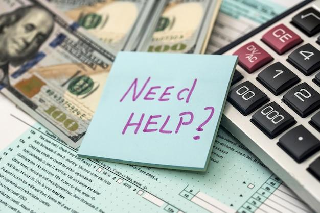 Formulaire d'impôt 1040 au bureau avec texte d'aide besoin