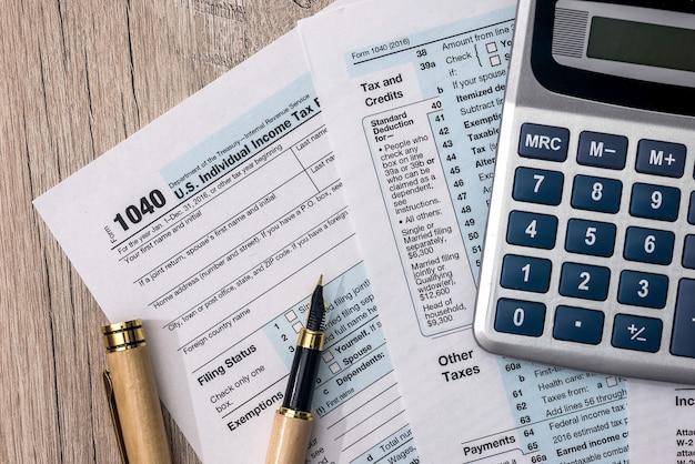 Formulaire d'impôt 1040 avec calculatrice et stylo