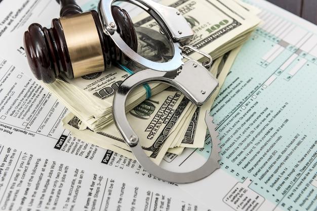 Formulaire d'impôt concept nous argent avec des menottes marteau couché sur l'impôt fédéral
