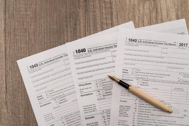 Formulaire d'impôt individuel 1040 avec stylo et lunettes