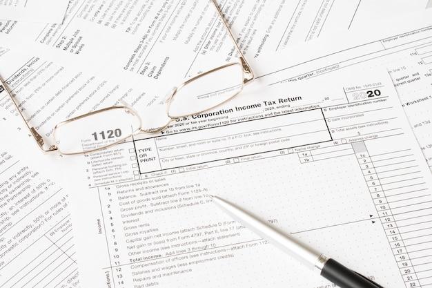 Formulaire d'impôt avec des lunettes et un stylo. concept fiscal