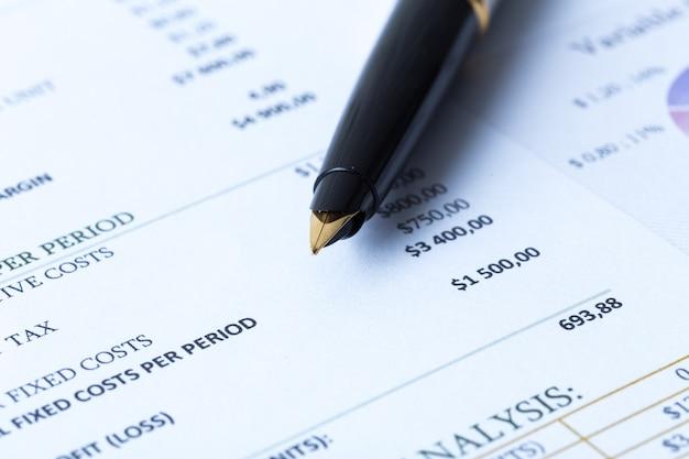 Formulaire d'impôt et stylo
