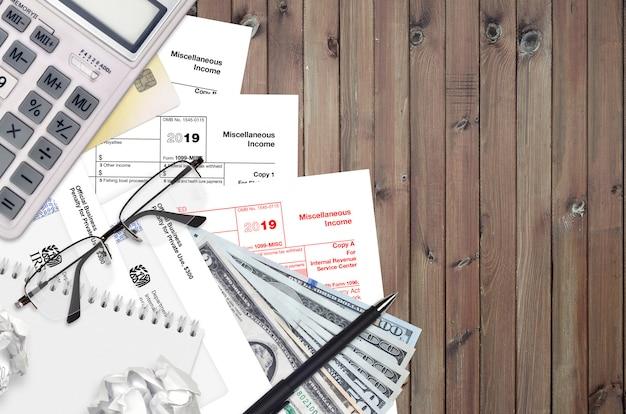 Formulaire irs 1099-misc les revenus divers reposent sur une table de bureau plate