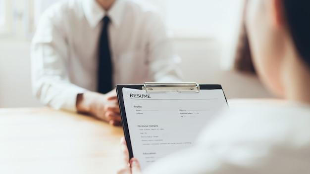 Formulaire de rédaction homme d'affaires soumettre l'employeur de résumé pour examiner la demande d'emploi.