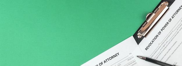 Formulaire de révocation de procuration de bannière. bureau et presse-papiers avec accord. vue de dessus et copie de la photo de l'espace