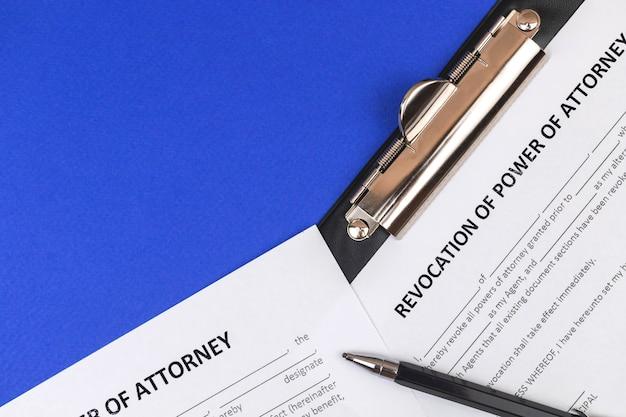 Formulaire de révocation de procuration. bureau et presse-papiers avec accord. photo vue de dessus