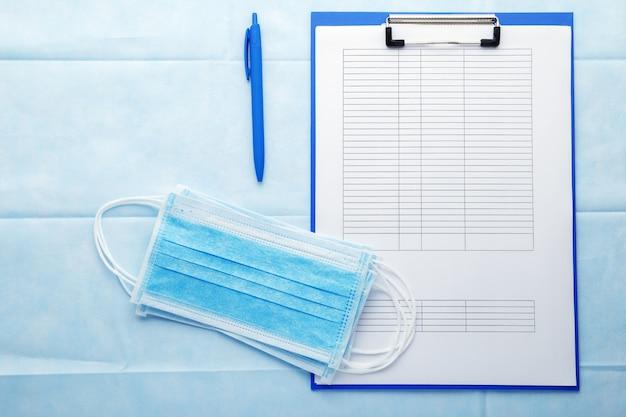 Formulaire de test covid avec des masques hygiéniques médicaux