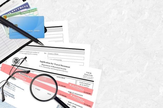 Formulaire uscis i-131 la demande de document de voyage repose sur une table de bureau plate