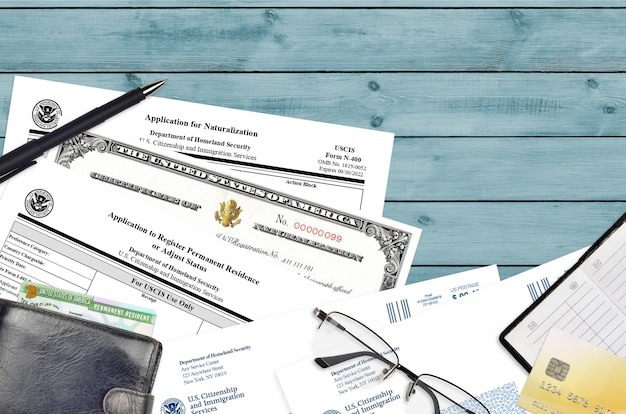 Formulaire uscis i-485 demande d'enregistrement de résidence permanente et n-400 demande de naturalisation avec certificat