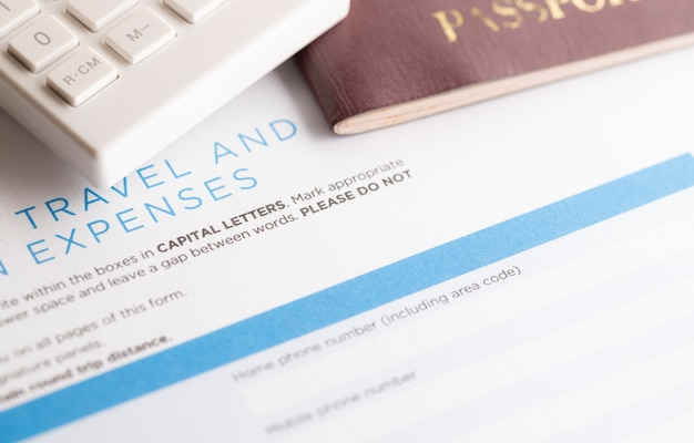 Formulaire de voyage avec calculatrice et passeport