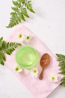 La formule du gel apaisant à l'aloe vera représente la cosmétique et les soins du corps.