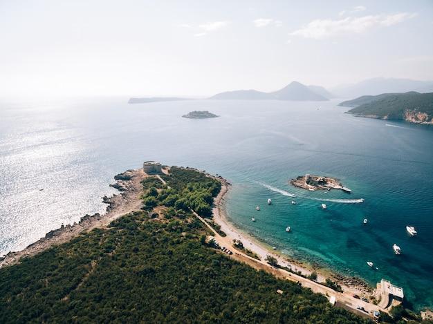 Fort arza dans la baie de kotor au monténégro dans la mer adriatique sur la péninsule de la forteresse de lustica