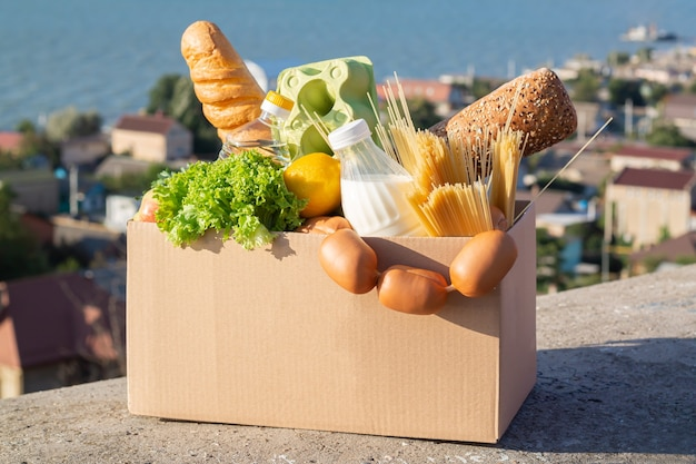 Fort de dons de charité alimentaire, livraison d'épicerie sans contact pendant le concept de quarantaine