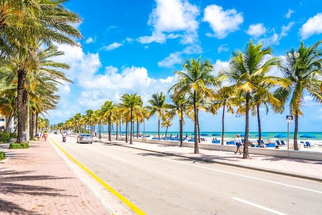 Fort lauderdale, floride, états-unis - 20 septembre 2019: promenade sur la plage en bord de mer avec des palmiers par une journée ensoleillée à fort lauderdale