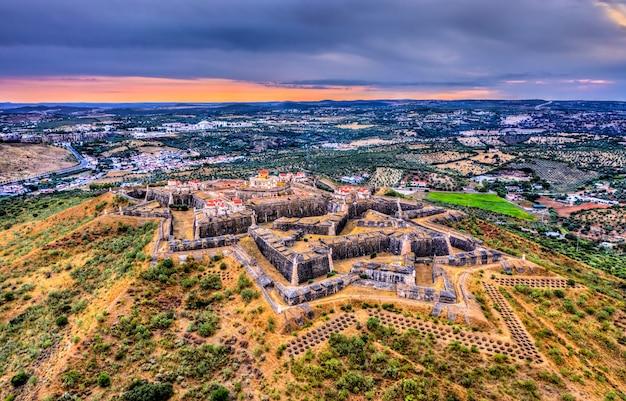 Le fort de nossa senhora da graca au coucher du soleil. à elvas, portugal