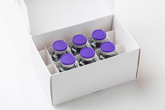 Fort avec des vaccins covid19 sur fond blanc, prêt pour la vaccination.