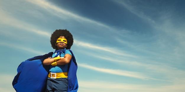 Forte fille de super-héros avec des super pouvoirs