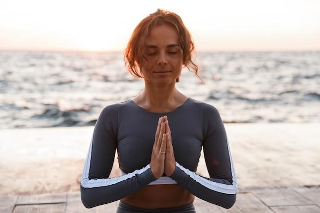 Forte jeune femme fitness médite