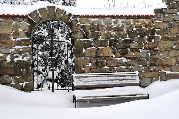 Forte tempête de neige en ville. banc dans le parc lors de fortes chutes de neige