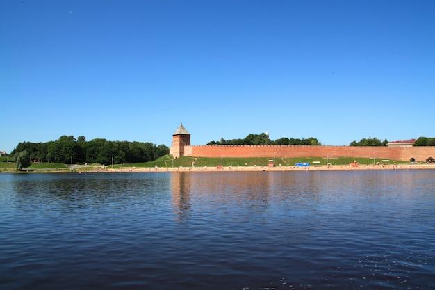 Forteresse ancienne sur la côte large rivière