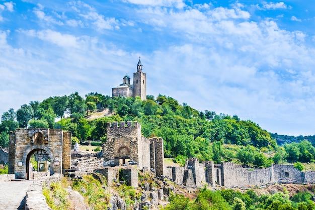 La forteresse médiévale de tsarevets et l'église patriarcale de veliko tarnovo, en bulgarie.