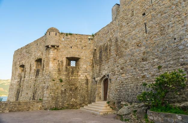 La forteresse de la vieille ville de budva.