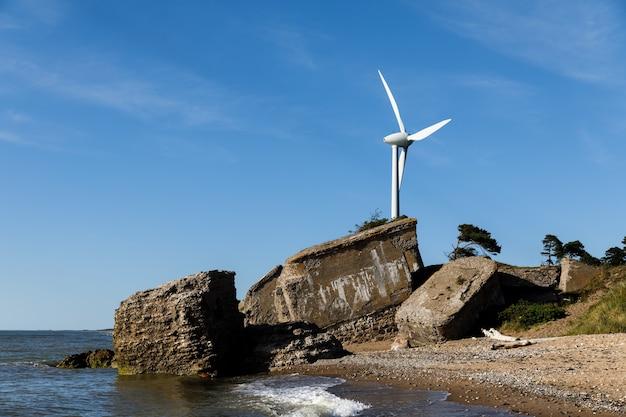 Fortifications militaires démolies à liepaja, lettonie. éolienne sur la côte baltique. littoral avec des pins et des nuages