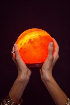 Fortune caissier tenant une boule de cristal