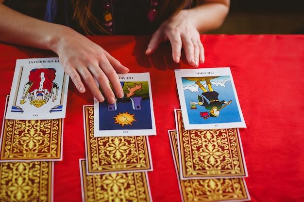 Fortune caissier utilisant des cartes de tarot