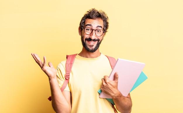 Un fou expressif se sentant heureux, surpris de réaliser une solution ou une idée. concept d'étudiant adulte