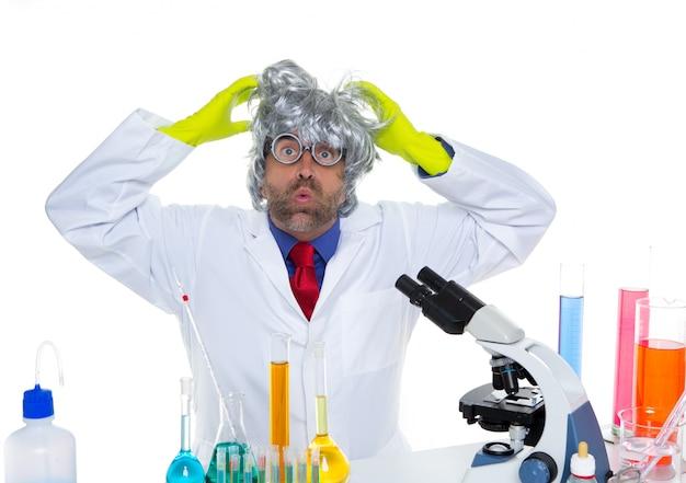 Fou expression drôle scientifique nerd fou au laboratoire
