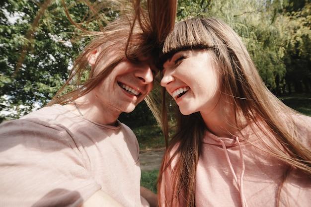 Fou jeune couple émotionnellement s'amuser en plein air. s'amuser ensemble