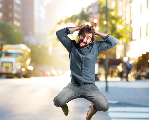 Fou jeune homme sauter. heureuse expression