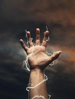La foudre autour de la main masculine sur le ciel sombre