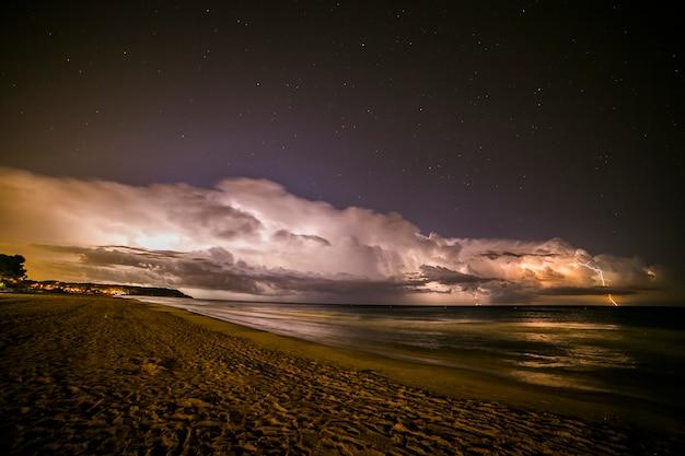 La foudre dans la plage de platja llarga, tarragone, espagne