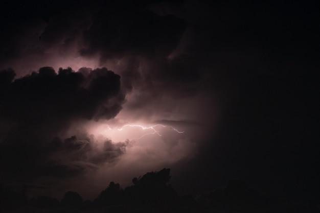La foudre dans la tempête de pluie la nuit