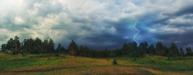 La foudre frappe dans la forêt. paysage épique sur fond d'orage imminent. nuages dramatiques.