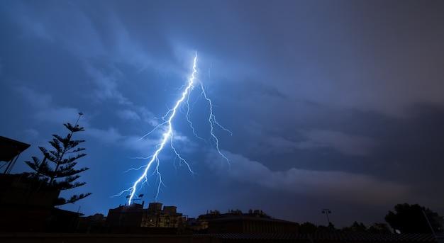 Foudre spectaculaire une nuit d'orage