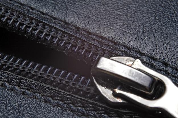 Foudre sur une texture de cuir noir.