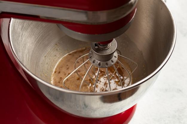 Fouetter les œufs avec le sucre dans le bol du mixeur