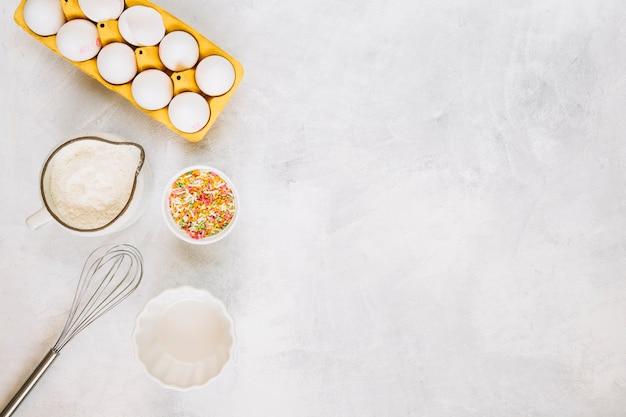 Fouetter près des ingrédients de la pâtisserie fraîche