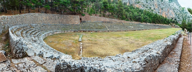 Fouilles de l'ancienne ville de delphes le long de la pente du mont parnasse en grèce. le stade.