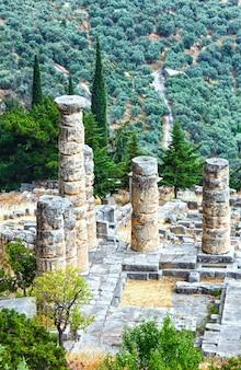 Fouilles de l'ancienne ville de delphes le long de la pente du mont parnasse