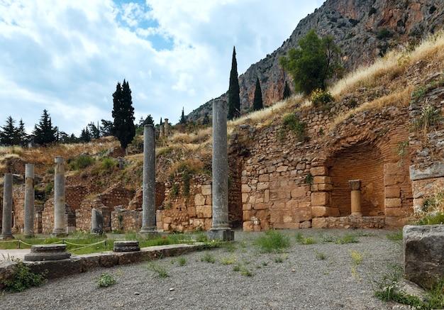 Fouilles de l'ancienne ville de delphes le long de la pente du mont parnassegrèce