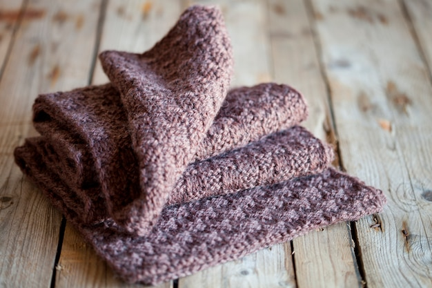Foulard en bois tricoté marron