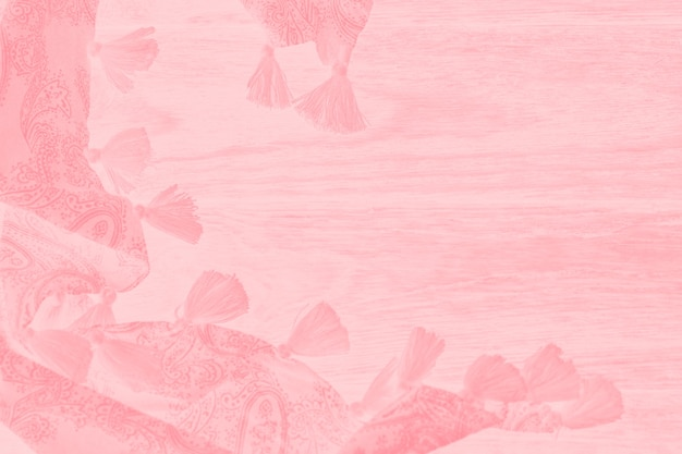 Foulard corail rose avec pompons et motif sur fond rose clair minable