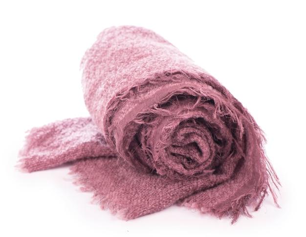 Foulard rose tricoté chaud isolé sur fond blanc.