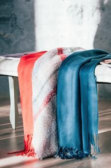 Foulards colorés en textile exposés à la vente